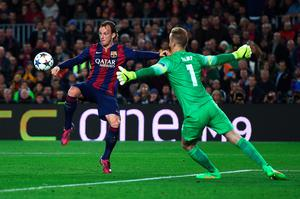 BARCELONA, SPAIN - MARCH 18:  Ivan Rakitic of Barcelona lifts the ball over Joe Hart of Manchester City to score the opening goal during the UEFA Champions League Round of 16 second leg match between Barcelona and Manchester City at Camp Nou on March 18, 2015 in Barcelona, Spain.  (Photo by Michael Regan/Getty Images)