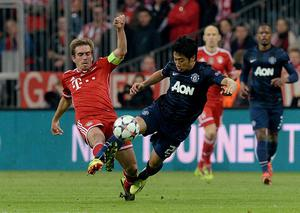 Bayern Munich's Philipp Lahm (left) and Manchester United's Shinji Kagawa battle for the ball during the Champions League, Quarter Final, Second Leg at the Allianz Arena, Munich, Germany.