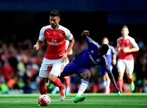 """Arsenal's Olivier Giroud and Chelsea's Ramires battle for the ball during the Barclays Premier League match at Stamford Bridge, London. PRESS ASSOCIATION Photo. Picture date: Saturday September 19, 2015. See PA story SOCCER Chelsea. Photo credit should read: Adam Davy/PA Wire. RESTRICTIONS: EDITORIAL USE ONLY No use with unauthorised audio, video, data, fixture lists, club/league logos or """"live"""" services. Online in-match use limited to 45 images, no video emulation. No use in betting, games or single club/league/player publications."""