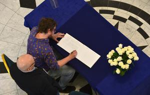 Pacemaker Press Belfast 23-05-2017: Belfast city councillors pictured signing a Book of Condolences, that was opened up for the victims of last night's bomb attack in Manchester, at  Belfast City Hall. Picture By: Arthur Allison.