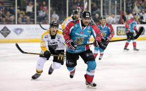 Belfast Giants' Brandon Benedict with Nottingham Panthers' Steve Lee during Fridays Elite Hockey League game at the SSE Arena, Belfast. 20  January 2017 - Picture by Darren Kidd / Press Eye.