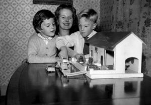 File photo dated 09/11/1959 of Baroness Thatcher, with her children Mark and Carol, aged 6, at their home in Farnborough, Kent. The BBC has said today they have no plans for Carol, after she referred to a tennis player as a 'Golliwog'. PRESS ASSOCIATION Photo. Issue date: Tuesday February 3, 2009. The daughter of the former Prime Minister made the remark after filming last Thursday during a conversation with the show's presenter Adrian Chiles and several guests. See PA story SHOWBIZ Thatcher. Photo credit should read: PA Wire