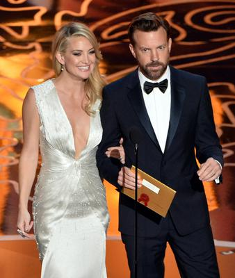 HOLLYWOOD, CA - MARCH 02:  Actors Kate Hudson and Jason Sudeikis speak onstage during the Oscars at the Dolby Theatre on March 2, 2014 in Hollywood, California.  (Photo by Kevin Winter/Getty Images)