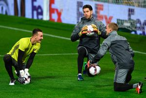 Justin Bijlow of Feyenoord (L), Brad Jones of Feyenoord (C) and Pär Hansson of Feyenoord (R) take part in a training session during the Feyenoord training session at Old Trafford on November 23, 2016 in Manchester, England.  (Photo by Gareth Copley/Getty Images)