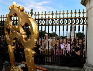 The large waiting crowds cheers as they read the news on an easel in the Forecourt of Buckingham Palace, to announce the birth of a baby boy, at 4.24pm to the Duke and Duchess of Cambridge at St Mary's Hospital in west London. PRESS ASSOCIATION Photo. Picture date: Monday July 22, 2013. See PA story ROYAL Baby . Photo credit should read: John Stillwell/PA Wire
