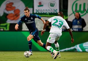 Real Madrid's Welsh forward Gareth Bale (L) and Wolfsburg's French defender Josuha Guilavogui vie for the ball during the UEFA Champions League quarter-final, first-leg football match between VfL Wolfsburg and Real Madrid on April 6, 2016 in Wolfsburg, northern Germany.  / AFP PHOTO / ODD ANDERSENODD ANDERSEN/AFP/Getty Images