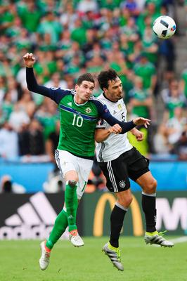 PARIS, FRANCE - JUNE 21: Kyle Lafferty of Northern Ireland and Mats Hummels of Germany compete for the ball during the UEFA EURO 2016 Group C match between Northern Ireland and Germany at Parc des Princes on June 21, 2016 in Paris, France.  (Photo by Shaun Botterill/Getty Images)