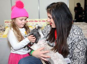 Mandatory Credit - Picture by Freddie Parkinson © Saturday 16 November 2019 Belfast Telegraph Pet Expo Saturday 16 November 2019 and Sunday 17 November 2019. Sophia Devlin (5) meets Fitzy Foo and Claire Cullen