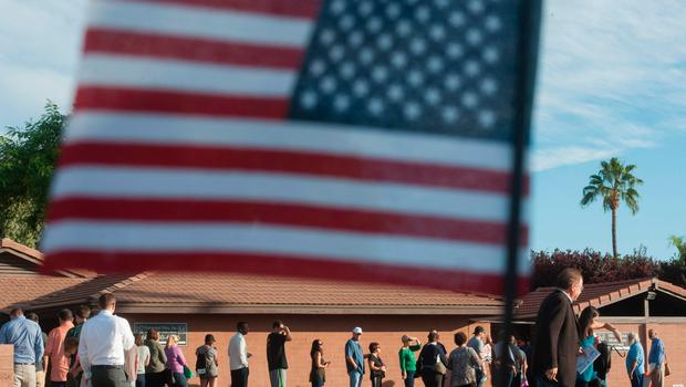 Voters wait in line in front of a polling station to cast their ballots in the US presidential election in Scottsdale, Arizona on November 8, 2016.  / AFP PHOTO / Laura SEGALLLAURA SEGALL/AFP/Getty Images