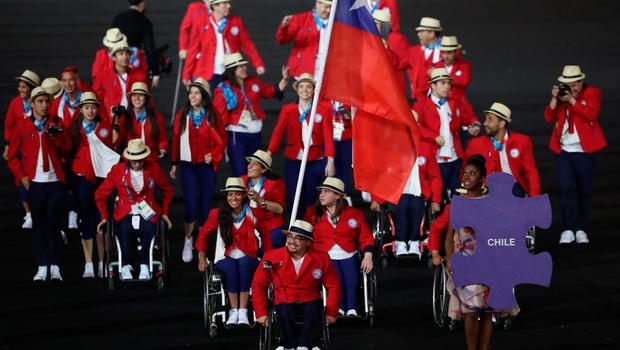 RIO DE JANEIRO, BRAZIL - SEPTEMBER 07: Flag bearer Juan Carlos Garrido of Chile leads the team entering the stadium during the Opening Ceremony of the Rio 2016 Paralympic Games at Maracana Stadium on September 7, 2016 in Rio de Janeiro, Brazil. (Photo by Friedemann Vogel/Getty Images)