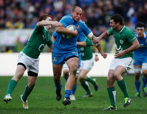 ROME, ITALY - MARCH 16:  Sergio Parisse of Italy (C) in action during the RBS Six Nations match between Italy and Ireland at Stadio Olimpico on March 16, 2013 in Rome, Italy.  (Photo by Paolo Bruno/Getty Images)
