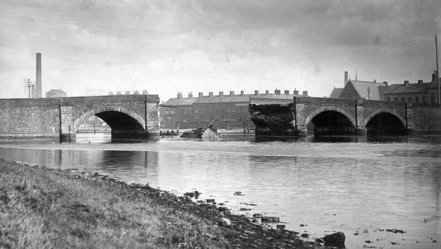 The collapse of the central arches of the Albert Bridge.  15/9/1886 BELFAST TELEGRAPH ARCHIVE