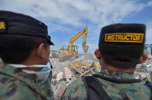Soldiers search for survivors in one of Ecuador's worst-hit towns, Pedernales, two day after a 7.8-magnitude quake hit the country, on April 19, 2016. Rescuers and desperate families clawed through the rubble Monday to pull out survivors of an earthquake that killed 350 people and destroyed towns in a tourist area of Ecuador. / AFP PHOTO / RODRIGO BUENDIARODRIGO BUENDIA/AFP/Getty Images