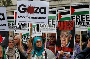 Pro Israel and pro Palestine demonstrators shout at each other during a protest against the visit of Israel's Prime Minister Benjamin Netanyahu to Britain, in front of Downing Street in London, Wednesday, Sept. 9, 2015. (AP Photo/Frank Augstein)