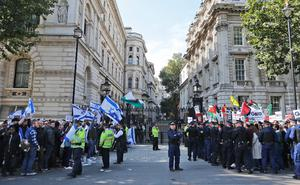 Pro Israel and pro Palestine demonstrators shout at each other during a protest against the visit of Israel's Prime Minister Benjamin Netanyahu to Britain, in front of Downing Street in London, Wednesday, Sept. 9, 2015.(AP Photo/Frank Augstein)