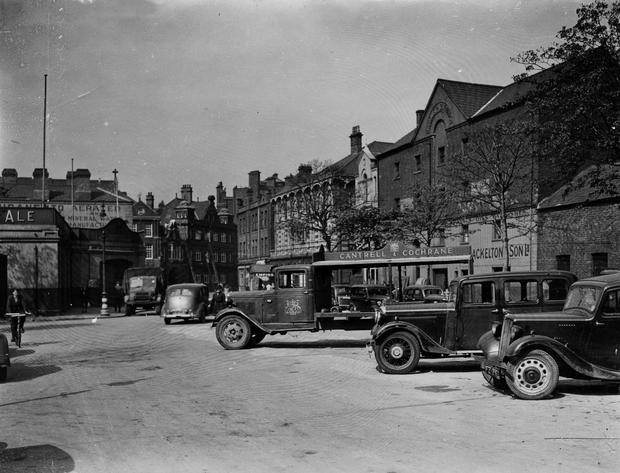 Victoria Square, Belfast, with Cantrell & Cochrane delivery lorry.  3/5/1946 BELFAST TELEGRAPH COLLECTION/NMNI
