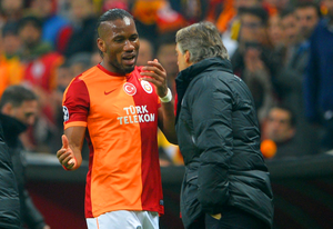 Didier Drogba of Galatasaray speaks to Head Coach Roberto Mancini of Galatasaray as he is replaced during the UEFA Champions League Round of 16 first leg match between Galatasaray AS and Chelsea at Ali Sami Yen Arena on February 26, 2014 in Istanbul, Turkey.  (Photo by Michael Regan/Getty Images)