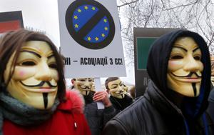 """Ukrainian opponents of European integration with the European Union attend an action """"Solemn funeral of Association with the EU"""" in support of the decision of President Viktor Yanukovych not sign agreements with the EU in the center of Kiev, Ukraine, Thursday Nov. 28, 2013. (AP Photo/Sergei Grits)"""