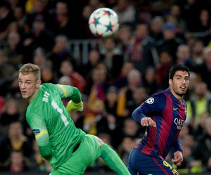 Manchester City's goalkeeper Joe Hart and Barcelona's Uruguayan forward Luis Suarez in action AFP/Getty Images