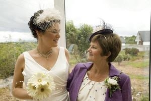 Claire Hanna and mum on wedding day