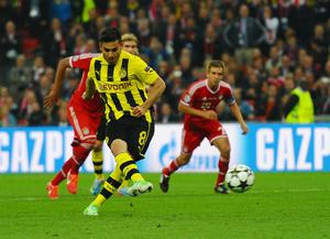 LONDON, ENGLAND - MAY 25:  Ilkay Gundogan of Borussia Dortmund scores a goal from the penalty spot during the UEFA Champions League final match between Borussia Dortmund and FC Bayern Muenchen at Wembley Stadium on May 25, 2013 in London, United Kingdom.  (Photo by Laurence Griffiths/Getty Images)