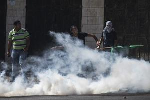 Palestinian supporters of Hamas clash with Israeli security forces on July 25, 2014 near Ramallah, West Bank.   (Photo by Andrew Burton/Getty Images)