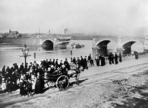 Spectators gather to view the Albert Bridge after the collapse of the central arches in 1886
