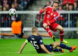 MUNICH, GERMANY - APRIL 09:  Franck Ribery (R) of Muenchen challenges Nemanja Vidic of Manchester during the UEFA Champions League quarter-final second leg match between FC Bayern Muenchen and Manchester United at Allianz Arena on April 9, 2014 in Munich, Germany.  (Photo by Lennart Preiss/Bongarts/Getty Images)