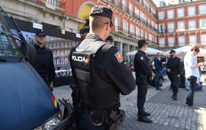 Riot Police stand guard on Plaza Mayor before the UEFA Champions League quarter final first leg football match Club Atletico de Madrid vs Leicester City, in Madrid on April 12, 2017. / AFP PHOTO / CURTO DE LA TORRECURTO DE LA TORRE/AFP/Getty Images
