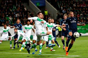 Wolfsburg's midfielder Julian Draxler and Real Madrid's Portuguese defender Pepe (R) vie for the ball during the UEFA Champions League quarter-final, first-leg football match between VfL Wolfsburg and Real Madrid on April 6, 2016 in Wolfsburg, northern Germany.  / AFP PHOTO / ODD ANDERSENODD ANDERSEN/AFP/Getty Images