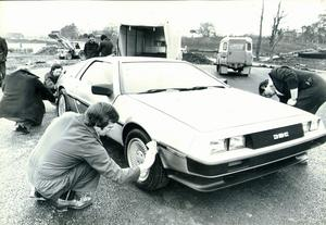 DeLorean: last minute preparations by employees before its trial on the track. 21/2/1980.