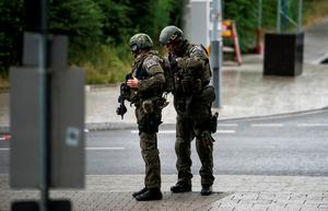 Heavily armed police officers with weapons prepare to respond to a shooting at the Olympia Einkaufzentrum (OEZ) at July 22, 2016 in Munich, Germany. (Photo by Joerg Koch/Getty Images)
