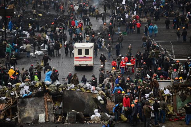 KIEV, UKRAINE - FEBRUARY 20:  Anti-government protesters rebuild barricades following continued clashes with police in Independence square, despite a truce agreed between the Ukrainian president and opposition leaders on February 20, 2014 in Kiev, Ukraine. After several weeks of calm, violence has again flared between police and anti-government protesters, who are calling to oust President Viktor Yanukovych over corruption and an abandoned trade agreement with the European Union  (Photo by Jeff J Mitchell/Getty Images)