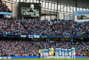 MANCHESTER, ENGLAND - AUGUST 19:  The players of Manchester City stand for a one minutes applause in memory of former player Bert Trautmann prior to the Barclays Premier League match between Manchester City and Newcastle United at the Etihad Stadium on August 19, 2013 in Manchester, England.  (Photo by Alex Livesey/Getty Images)