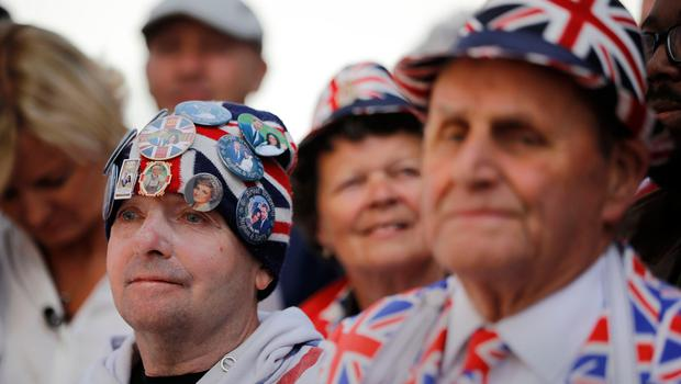 Royal fans including John Laughry (C) and Terry Hutt (R) are pictured near Windsor Castle in Windsor on May 18, 2018, the day before the Royal wedding.  Britain's Prince Harry and US actress Meghan Markle will marry on May 19 at St George's Chapel in Windsor Castle. / AFP PHOTO / Tolga AKMENTOLGA AKMEN/AFP/Getty Images
