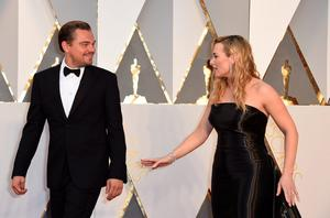 Actor Leonardo DiCaprio (L) and actress Kate Winslet arrive on the red carpet for the 88th Oscars on February 28, 2016 in Hollywood, California. AFP PHOTO / VALERIE MACONVALERIE MACON/AFP/Getty Images