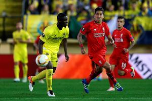Liverpool's Roberto Firmino (right) and Villarreal's Eric Bailly battle for the ball during the UEFA Europa League Semi Final, First Leg match at Estadio El Madrigal, Villarreal. PRESS ASSOCIATION Photo. Picture date: Thursday April 28, 2016. See PA story SOCCER Villarreal. Photo credit should read: Adam Davy/PA Wire