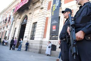 Riot Police stand guard on Plaza del Sol before the UEFA Champions League quarter final first leg football match Club Atletico de Madrid vs Leicester City, in Madrid on April 12, 2017. / AFP PHOTO / CURTO DE LA TORRECURTO DE LA TORRE/AFP/Getty Images