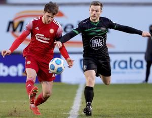 Portadown's Sam Warde and Warrenpoint's Kealan Dillon go for the ball (David Maginnis/Pacemaker Press)