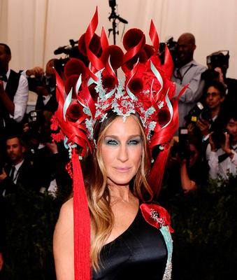 """Sarah Jessica Parker arrives at The Metropolitan Museum of Art's Costume Institute benefit gala celebrating """"China: Through the Looking Glass"""" on Monday, May 4, 2015, in New York. (Photo by Charles Sykes/Invision/AP)"""