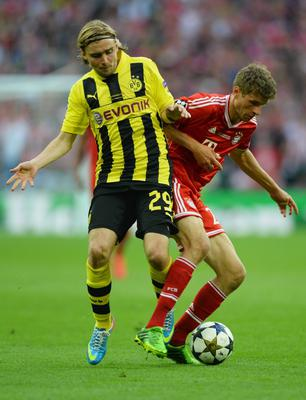 LONDON, ENGLAND - MAY 25:  Marcel Schmelzer of Borussia Dortmund (L) in action with Thomas Mueller of Bayern Muenchen during the UEFA Champions League final match between Borussia Dortmund and FC Bayern Muenchen at Wembley Stadium on May 25, 2013 in London, United Kingdom.  (Photo by Laurence Griffiths/Getty Images)