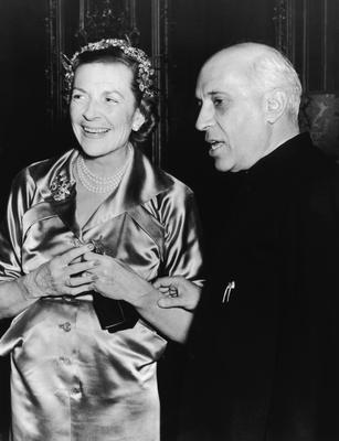 Lady Edwina Mountbatten (1901 - 1960) with Indian prime minister Jawaharlal Nehru (1889 - 1964) at a reception given for him by the Indian High Commissioner in London at Kensington Palace Gardens, 11th February 1955. (Photo by Keystone/Hulton Archive/Getty Images)