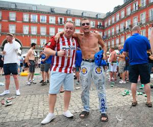 MADRID, SPAIN - APRIL 12:  Fans soak up the atmosphere in Plaza Mayor Square prior to the UEFA Champions League Quarter Final first leg match between Club Atletico de Madrid and Leicester City at Vicente Calderon Stadium on April 12, 2017 in Madrid, Spain.  (Photo by Michael Regan/Getty Images)