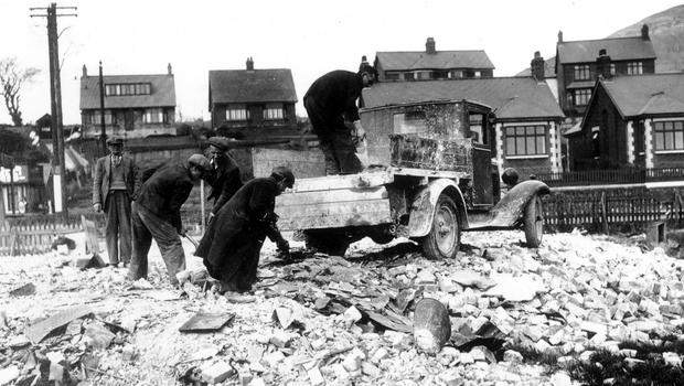 WORLD WAR II: BELFAST AIR RAIDS. SHORE ROAD. 4/5 May 1941. Spreading the rubble. AR 160.