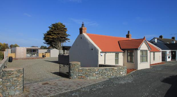 Red Roofs Cottage is a wonderfully desirable property set on the shores of Coney Island Bay