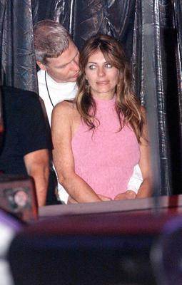 British actress Elizabeth Hurley and her boyfriend film producer Steve Bing enjoy an embrace during the Elton John concert at Madison Square Gardens on October 22, 2000 in New York. (Photo by Dave Hogan/Getty Images)