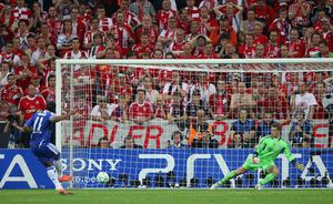 MUNICH, GERMANY - MAY 19:  Didier Drogba of Chelsea scores the winning penalty against goalkeeper Manuel Neuer during UEFA Champions League Final between FC Bayern Muenchen and Chelsea at the Fussball Arena München on May 19, 2012 in Munich, Germany.  (Photo by Alex Livesey/Getty Images)