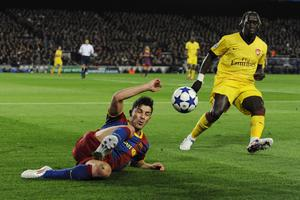 BARCELONA, SPAIN - MARCH 08:  David Villa of FC Barcelona (L) fights for the ball against Bacary Sagna of Arsenal during the UEFA Champions League round of 16 second leg match between Barcelona and Arsenal at the Camp Nou stadium on March 8, 2011 in Barcelona, Spain.  (Photo by David Ramos/Getty Images)