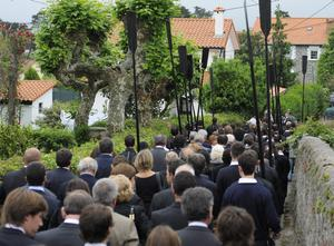 PEDRENA, SPAIN - MAY 11:  Mourners  follow family members as they carry the urn containing the ashes of Seve Ballesteros at the funeral service held for the legendary Spanish golfer on May 11, 2011 in Pedrena, Spain. Top-ranked golf players have joined family members and friends to pay their last respects to the late golf great, who died on May 7, 2011 from complications arising from a brain tumor, in his home town parish church.  (Photo by David Ramos/Getty Images)