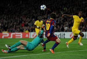 BARCELONA, SPAIN - MARCH 08:  Goalkeeper Manuel Almunia (L) of Arsenal fails to stop Lionel Messi of Barcelona from scoring the opening goal during the UEFA Champions League round of 16 second leg match between Barcelona and Arsenal on March 8, 2011 in Barcelona, Spain.  (Photo by Jasper Juinen/Getty Images)